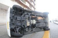 台風18号:車が横転、壁吹き飛ぶ 停電続く宮古島、食料求めスーパーに列【写真特集】