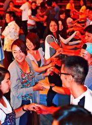 ラテンダンスで交流するプレイベントの参加者=10日、金武町立中央公民館(下地広也撮影)