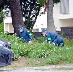 現場近くの学校周辺を捜索する捜査員=5日、宮古島市・鏡原小学校