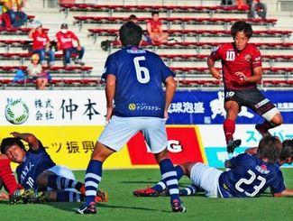 FC琉球-鹿児島 後半8分、ゴール前の競り合いから3点目のシュートを決める琉球の富所悠(右)=県総合運動公園陸上競技場(長崎健一撮影)