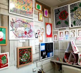 トイレ・アートギャラリーには個性的な作品が並んでいる=10月23日、今帰仁村歴史文化センター