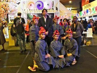 日本観光ブースの前で高橋広治JNTOパリ事務所長を囲んで記念撮影する若手舞踊家