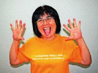 【笑いヨガ】ライオン笑い ライオンの「ガォ」のポーズをイメージし、手のひらを顔の両側で広げ、舌をだして笑う