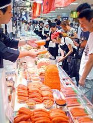 北海道の味覚を見て回る買い物客=16日、那覇市久茂地のデパートリウボウ6階