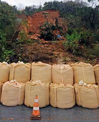 崩落 山の斜面が崩れ、国道58号の1車線をふさいだ=午後5時、大宜味村喜如嘉