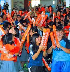 9回に1点差と詰め寄り歓喜に沸く興南の生徒ら=17日午後、那覇市・同校体育館