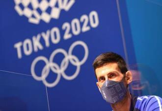 マスク姿で記者会見に臨むノバク・ジョコビッチ=22日、東京(ロイター=共同)