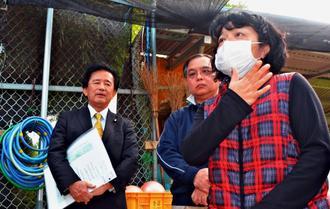 緑ヶ丘保育園を訪れた野党国会議員に被害を訴える父母会の宮城智子会長(右)=日、宜野湾市野嵩