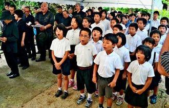 声をそろえて「月桃」を歌う竹富小中学校の児童ら=竹富町竹富