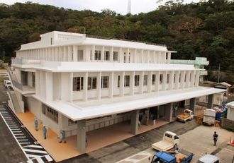 このほど完成した本部町の新庁舎=同町東