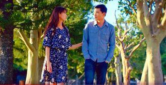 緑の中を歩く英里(宮城夏鈴・左)とハイ(クァン・スゥ)のシーン。ロケーションの美しさもドラマの見どころのひとつ
