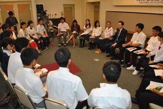 鳩山由紀夫元首相(中央右)の講演を熱心に聞く県内の高校生、大学生たち=宜野湾市・カルチャーリゾートフェストーネ