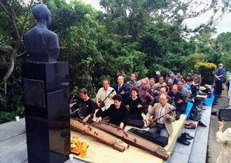 豊平良顕氏の顕彰像の前で琉球古典音楽を捧げる沖縄文化協会の会員ら=那覇市首里大名