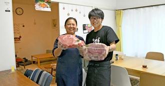 「人の温かさに触れて改めて沖縄に魅了された」と笑顔で語る南亜裕里さん(左)と息子の雄大さん