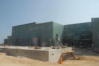 建設作業が遅れている多良間製糖工場の新築工事現場=13日、多良間村塩川(長岡秀則通信員撮影)