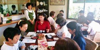 県内で生産するお茶の飲み比べを楽しんだ県産新茶の試飲会=23日、南城市大里嶺井・「茶房一葉」
