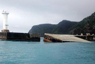 台風8号の高波で倒壊した防波堤=10日、渡嘉敷港(渡嘉敷村役場提供)