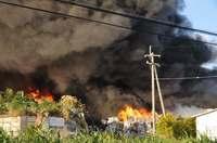 リサイクルセンターで火事 勢い衰えず、延焼の恐れ 沖縄・糸満