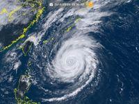 大型で非常に強い台風24号(チャーミー)沖縄の南をゆっくり北上
