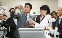 安倍首相、再生医療支援を強調 iPS利用の研究所訪問