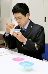 新幹線の異常時に発生する異臭を体験する山陽新幹線の運転士=大阪市