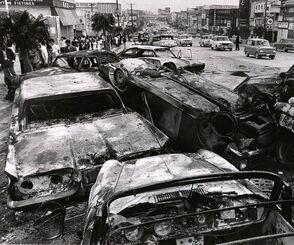 コザ騒動。道路に横たわるおびただしい黒こげの車の残骸が騒動の激しさを物語っていた