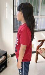 6月中旬に髪を切る直前の比屋根義章さん。肩の下辺りまで伸びた(提供)