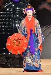 組踊「執心鐘入」で宿の女を演じる宮城能鳳さん=2017年11月1日、国立劇場おきなわ