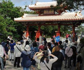 沖縄への観光客は年々増加している