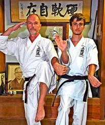 本番に向けて意気込むジャン・スミスさん(左)と息子のエリアムさん=30日、宜野湾市の上地流空手道協会総本部修武館