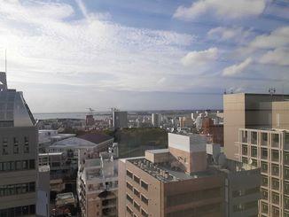 那覇市上空の様子=7日午後6時20分ごろ