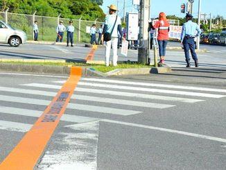 (資料写真)米軍が引いた基地境界線。写真は嘉手納基地第3ゲート前で、左が基地、右が民間地(2016年7月22日撮影、横断歩道上にあったため現在は引き直されている)
