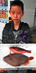 那覇一文字で33・5センチのカワハギを釣った渡慶次憲亨さん=4月28日