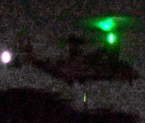 低空で旋回飛行するオスプレイ=17日午後11時35分、宜野座村城原