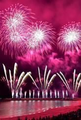 夜空を彩る琉球海炎祭の花火=14日、宜野湾海浜公園(下地広也撮影)