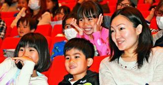 コントを通して交通安全のルールなどを学ぶ親子連れ=29日、うるま市石川会館