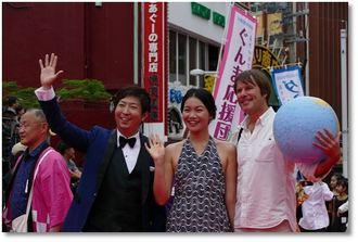「桜坂映画大学」で上映された「スモールアイランド・ビッグソング 小島大歌」のティム・コール監督とプロデューサーのバオバオ・チェン。左は講師の有村昆