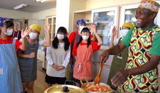 ボランティア部門のフィールドワークで、講師(右)からガーナの郷土料理を教わる生徒たち。左から2人目が角田あかねさん=30日、茨城県水戸市の水戸市国際交流センター