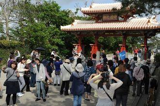 (資料写真)観光客らでにぎわう首里城・守礼門前