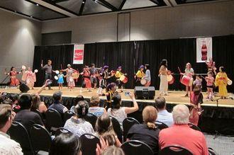 舞台へ誘導された観客は「じんじん」の曲に乗って、ばちさばきの指導を受けた