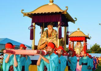 色鮮やかな衣装で練り歩く「察度王歴史絵巻行列」(2017年のはごろも祭り)