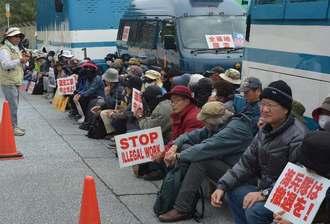 「工事をさせないよう頑張ろう」と声をかける沖縄平和運動センターの大城悟事務局長(左端)=名護市辺野古
