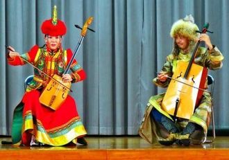馬頭琴を演奏するドランさん(左)と中村通さん=11月13日、天底小学校
