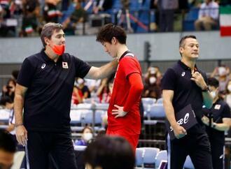 バレーボール男子アジア選手権のイランとの決勝を終え、引き揚げる中垣内監督(右)。左は石川に声を掛けるフィリップ・ブラン・コーチ=千葉ポートアリーナ