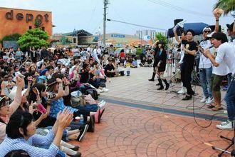 被災地支援の趣旨に賛同し多くの観客が集まったチャリティーライブ=17日、北谷町・美浜カーニバルパーク広場