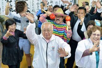 当選を果たしカチャーシーを舞う下地敏彦氏(中央)=22日午後11時33分、宮古島市平良西里の選対事務所