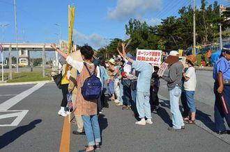 新基地建設反対を訴える市民ら=25日午前8時ごろ、名護市辺野古の米軍キャンプ・シュワブゲート前