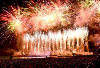 夜空を彩る色とりどりの花火=16日午後8時22分、宜野湾海浜公園トロピカルビーチ(田嶋正雄撮影)