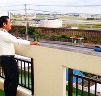 沖縄・基地白書(19)残り18%の土地に1万3700人が暮らす町 騒音や悪臭深刻「なぜわざわざ住宅の近くで…」