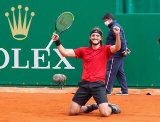 マスターズ・モンテカルロ大会決勝でアンドレイ・ルブレフを破り、ガッツポーズのステファノス・チチパス=18日、モンテカルロ(ロイター=共同)